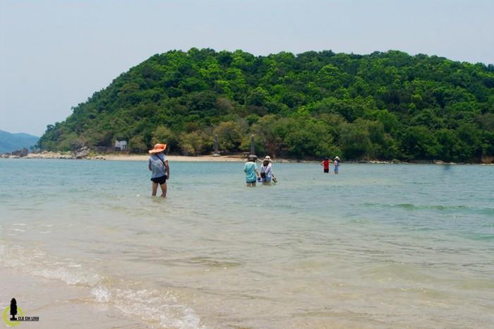 Chỉ cách đất liền chừng 300 m, nên bạn hoàn toàn có thể lội nước hoặc đi bộ trên doi cát ra ngoài đảo tùy vào thời điểm nước rút trong ngày. Từ mùng một đến ngày 15 âm lịch hàng tháng, nước sẽ rút vào buổi chiều, còn từ ngày 15 âm lịch đến cuối tháng, nước sẽ rút vào buổi sáng.