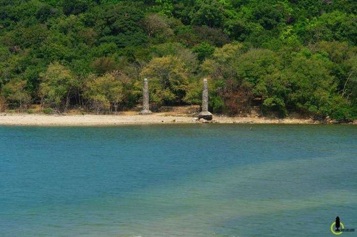 Nhân dân trong vùng từ xưa vẫn xem Nhất Tự Sơn như một vị thần trấn giữ cửa biển nên họ rất có ý thức giữ gìn bảo vệ hòn đảo. Tương truyền từng có một ngôi chùa ở đây, và hiện nay vẫn còn ngôi mộ được cho là của một vị sãi nằm lưng chừng giữa đảo.