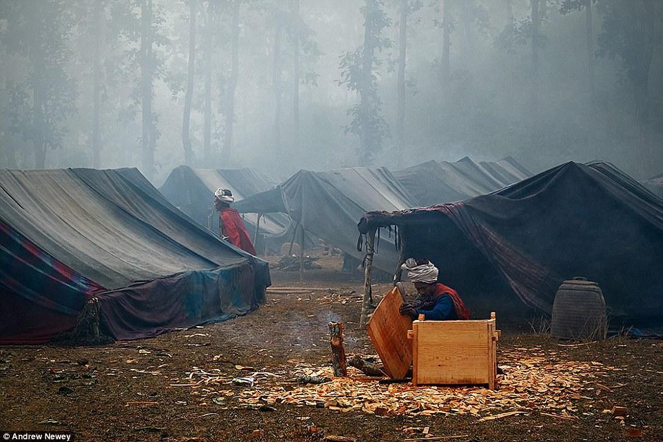 Những năm gầy đây, vì diện tích rừng cũng dần thu hẹp, người Raute buộc phải giao tiếp với người ngoài bộ tộc nhiều hơn.