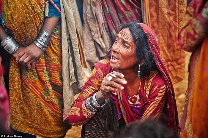 Những bức ảnh về người Raute do nhiếp ảnh gia Andrew Newey chụp tại vùng Surkhet, phía đông Nepal. Dân số người Raute trên toàn thế giới chưa đến 150 người.