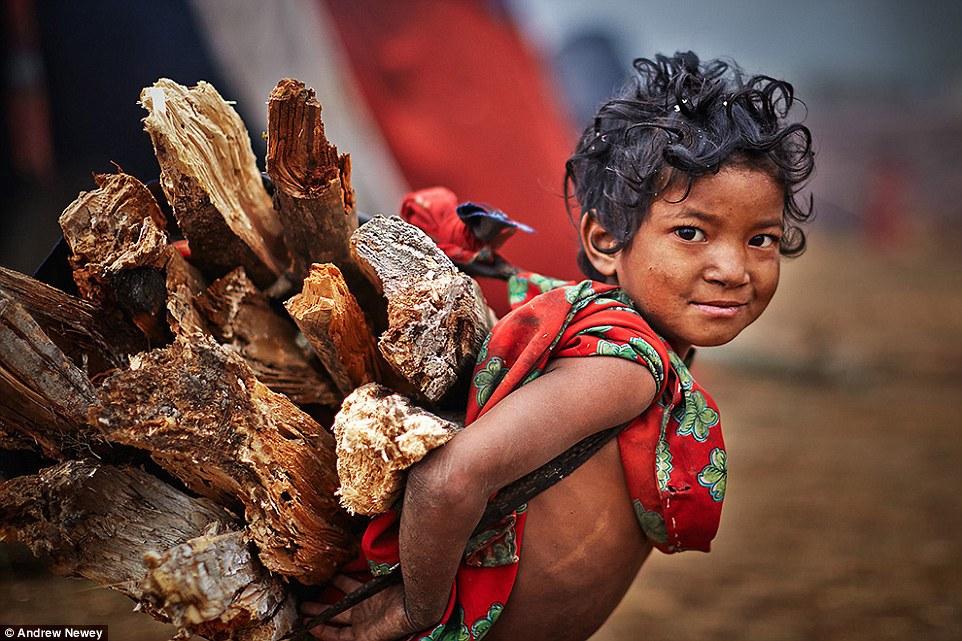 Họ sống trong các lều trại đơn sơ. Bất kể tuổi tác, mọi người trong bộ tộc đều đóng góp cho cộng đồng của họ, từ việc chặt cây cho tới phân loại hạt. Đứa trẻ Raute dù nhỏ bé nhưng đã có thể giúp gia đình bằng cách khuân vác củi.