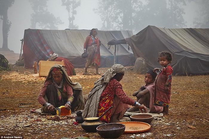 Giống như thời cổ xưa, luật lệ trong bộ tộc vẫn được gìn giữ. Phụ nữ luôn phải phụ trách công việc nấu nước, thu lượm và phân loại hạt.
