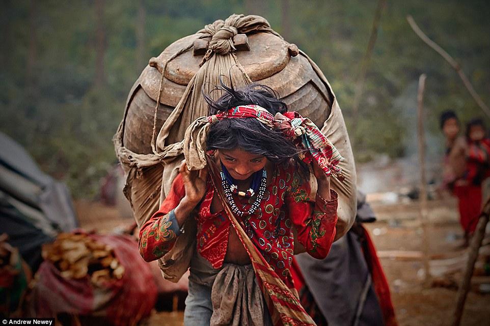 Người Raute rất giỏi việc dệt vải, làm quần áo từ các loại cây. Ngoài trang phục họ còn sáng tạo ra nhiều phụ kiện khác.