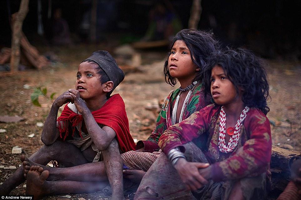 Từ khi còn nhỏ, những người Raute đã có ý thức giữ gìn bản thân, rất hiếm khi giao tiếp với người ngoài.