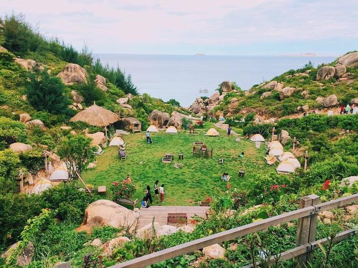 Khu dã ngoại đang được nhiều bạn trẻ chụp ảnh check-in hiện nay nằm ở biển Trung Lương, xã Cát Tiến, huyện Phù Cát, Bình Định, cách thành phố Quy Nhơn khoảng 30 km.
