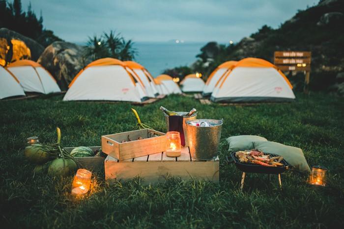 Một trong những hoạt động hấp dẫn nhất tại đây là cắm trại tại một thung lũng nhỏ, bao bọc xung quanh là núi đá, có hướng nhìn ra biển. Bạn có thể thuê lều cắm trại qua đêm với giá 300.000 đồng (đủ cho 2 người).
