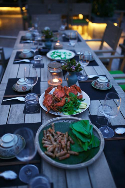 Thực đơn ở đây chủ yếu là các loại hải sản như tôm, mực, ghẹ, cua, cá... được hấp, rang hoặc nướng, giá khoảng 350.000 đồng/ kg. Ngoài ra nhà hàng cũng phục vụ cơm chiên, mì xào, cháo hải sản và các loại lẩu.