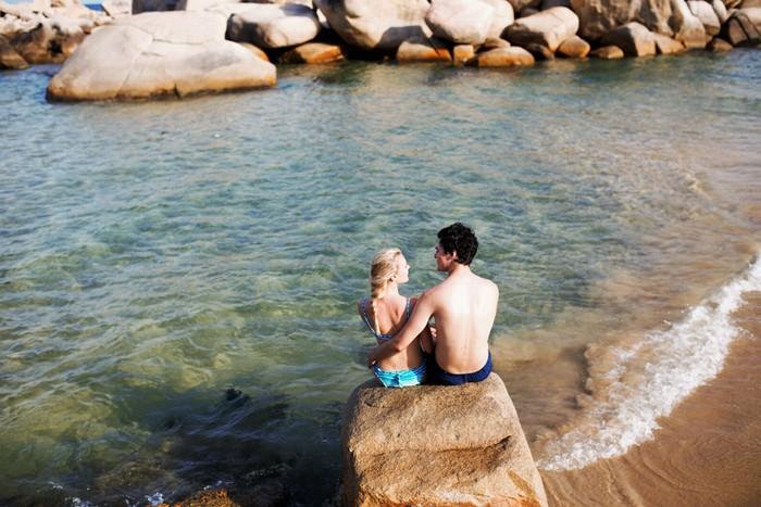 Nước biển ở Trung Lương trong vắt, có màu xanh ngọc bích. Nếu đơn thuần chỉ thích chụp ảnh và tắm biển, bạn hoàn toàn vẫn có thể ghé qua đây, bởi hiện khu dã ngoại này chưa thu tiền vé vào cổng.