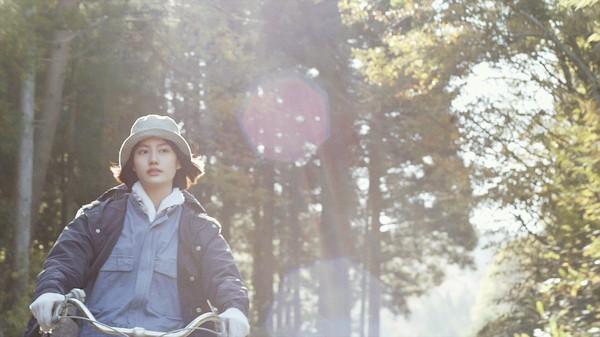 Ichiko đạp xe giữa khu rừng đã khoác lên mình tấm áo mùa thu