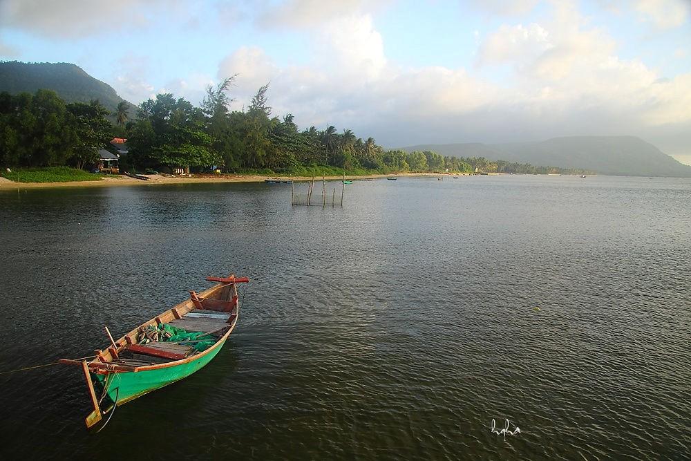 Làng chài nằm dưới chân núi Hàm Ninh