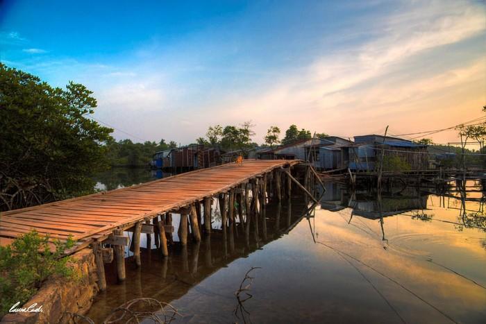 Cây cầu nhỏ đi đến làng chài