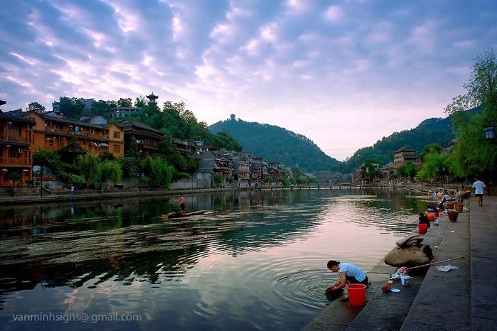Cuộc sống sinh hoạt vẫn gắn liền với dòng sông