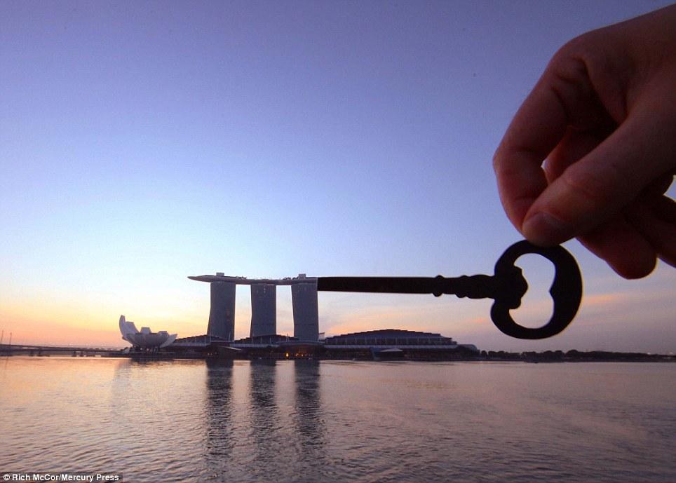 Một trong những công trình biểu tượng của đảo quốc sư tử là Marina Bay Sands cũng được Rich sáng tạo thành một chiếc chìa khóa khổng lồ.