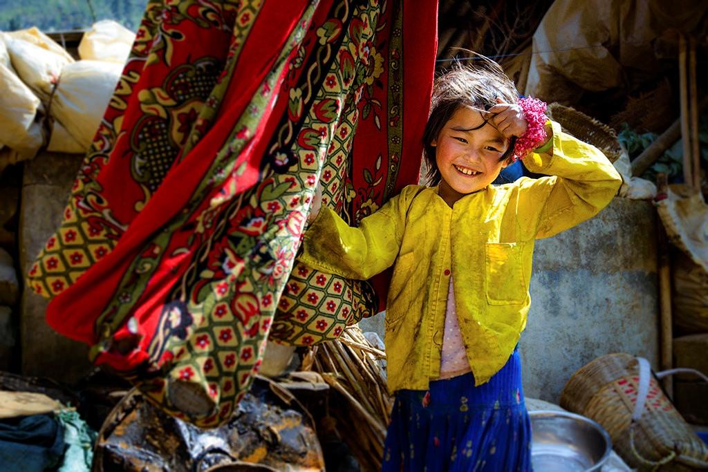 Nụ cười rạng rỡ của bé gái ở thị trấn Phó Bảng