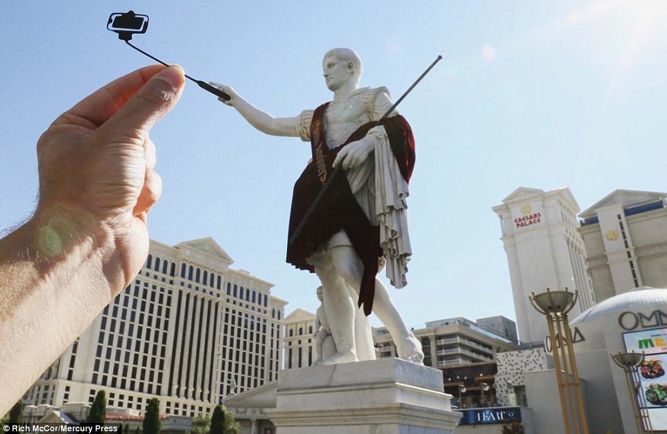 Tượng Julius Caesar tại khách sạn Caesars Palace ở Las Vegas (Mỹ) được thêm vào cây gậy selfie trông rất khôi hài.