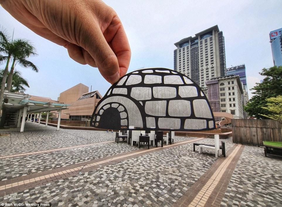Với góc nhìn khác, người nghệ sĩ đã sáng tạo nên một căn lều tuyết từ ảnh nền chụp bảo tàng Không gian ở Hong Kong.