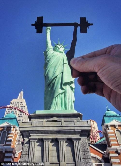 Tượng nữ thần Tự do ở New York vốn quen thuộc với hình ảnh tay phải giơ cao cây đuốc thì trong mắt Rich lại biến thành một vận động viên cử tạ.