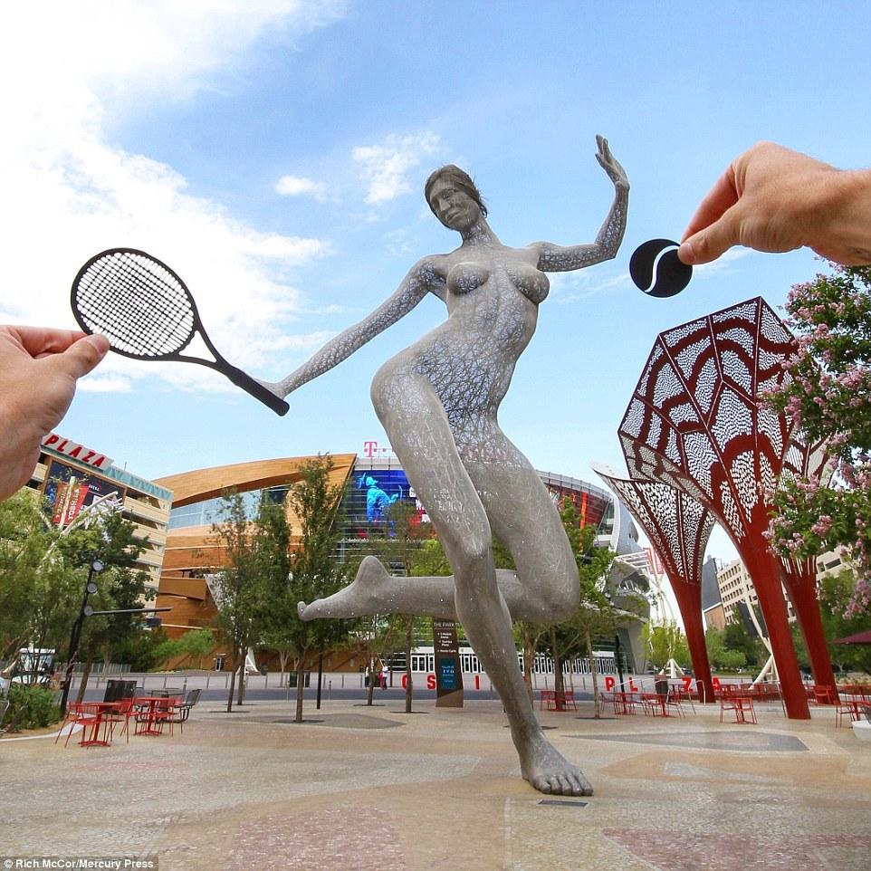 Tác phẩm điêu khắc Bliss Dance ở Las Vegas được Rich táo bạo ghép cùng một chiếc vợt và quả bóng trông rất giống một vận động viên chơi tennis.