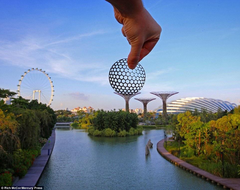 Những cây khổng lồ ở Gardens by the Bay nổi tiếng của Singapore được Rich biến thành đế đặt bóng golf.