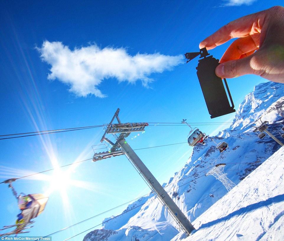 Chỉ với một đám mây trắng trên bầu trời Val D''''''''lsere (Pháp), Rich đã ghép thêm chiếc bình xịt trông rất sống động.