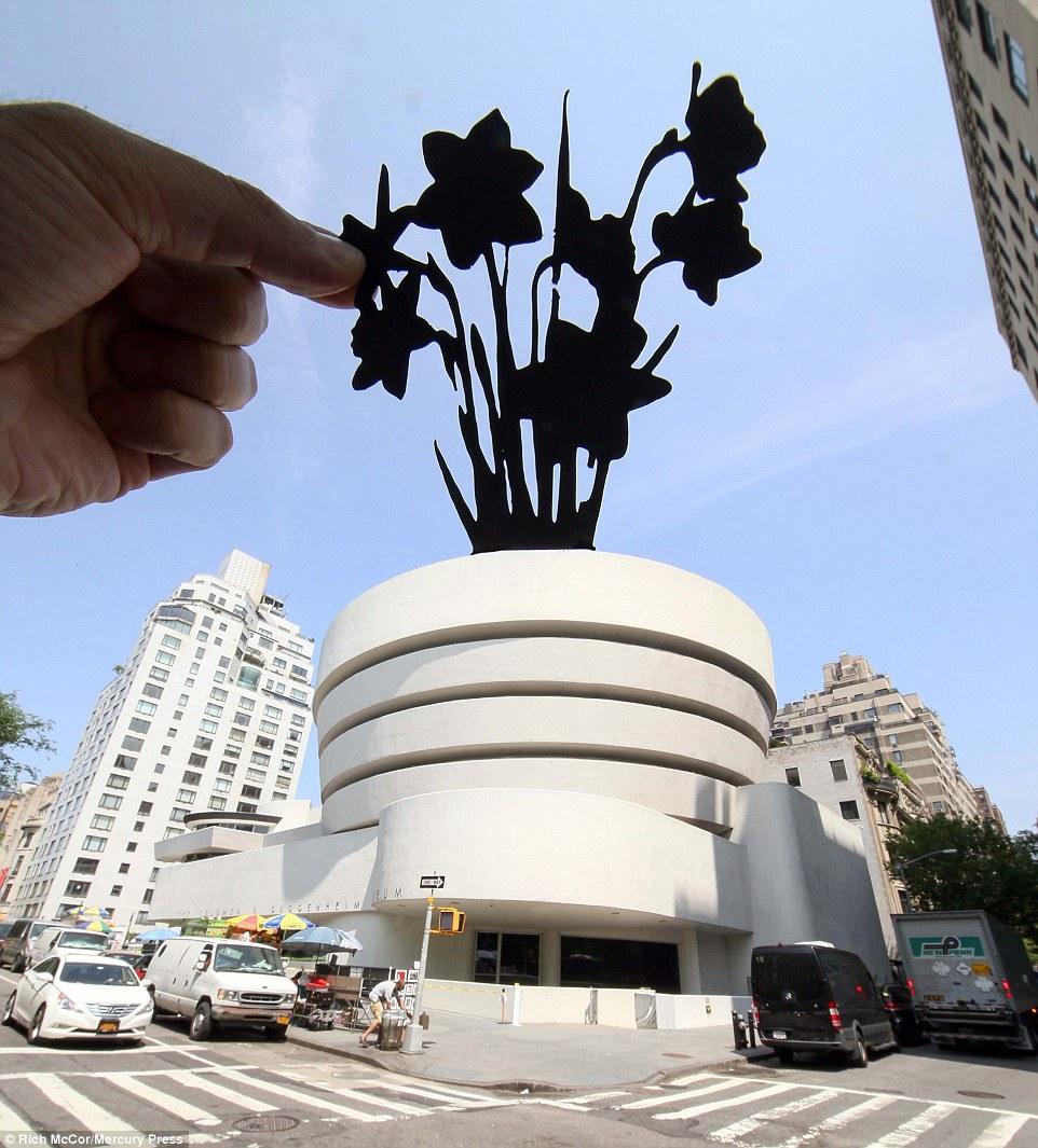 Bức ảnh này Rich chụp tại bảo tàng Guggenheim, New York (Mỹ). Anh biến tòa nhà hình trụ nhiều tầng thành chiếc chậu trồng hoa khổng lồ.