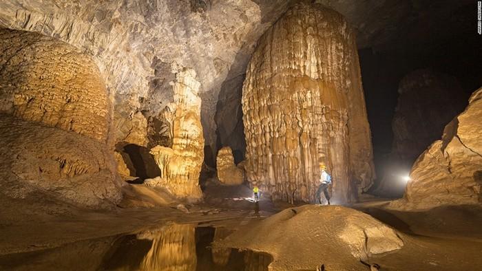 Với chiều dài hơn 5 km, cao gần 200 m, hang động chính của Sơn Đoòng đủ lớn để chứa cả một tòa cao ốc của thành phố New York.