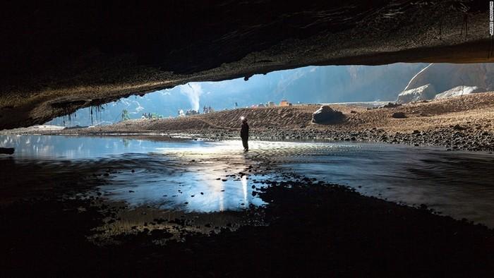 Một lối đi hẹp nối hai phần của Hang Én - hang động rộng thứ 3 trên thế giới, cao hơn 120 mét và rộng 140 mét.