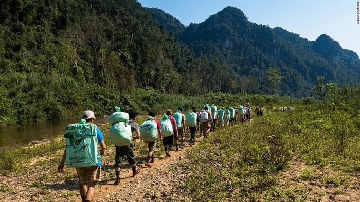 Không chỉ đặt ra các yêu cầu khắt khe về thể lực đối với du khách muốn chinh phục Sơn Đoòng, mỗi chuyến thám hiểm còn luôn có 2 chuyên gia hang động, 3 người dẫn đường là dân bản địa, 2 đầu bếp, 2 nhân viên kiểm lâm và 20 người để gùi đồ trại.