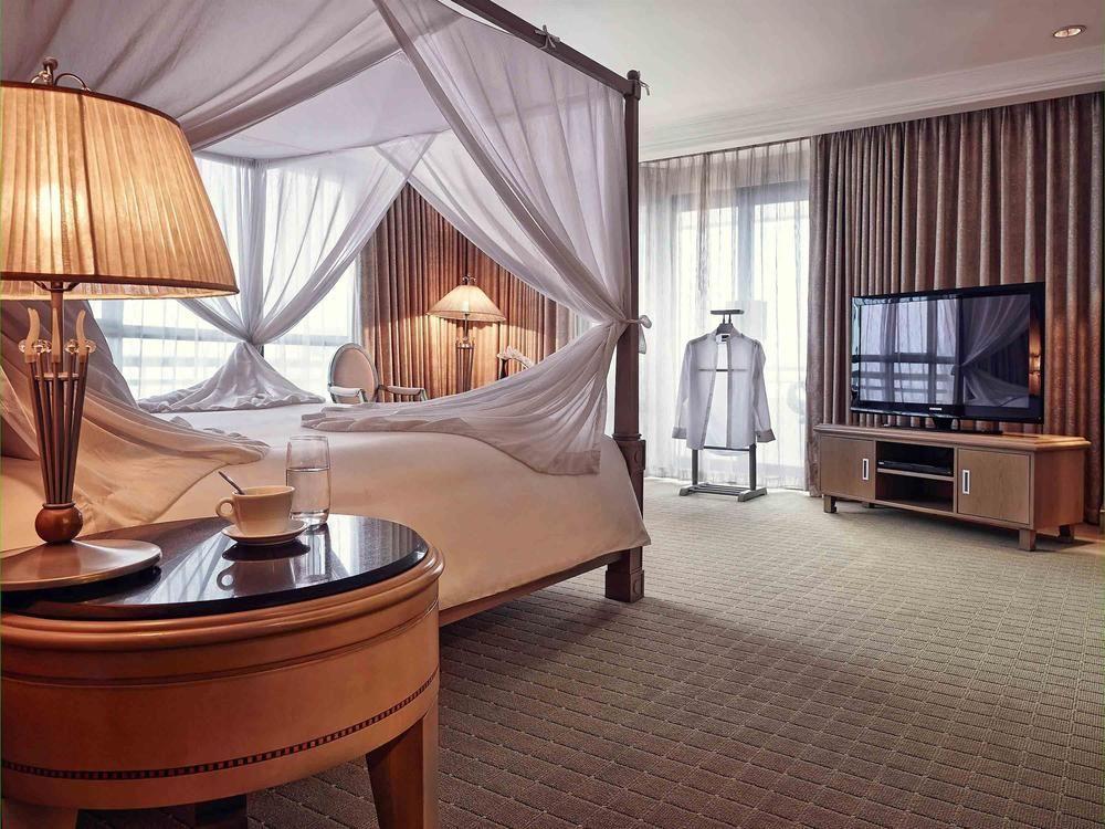 Phòng khách sạn được xây dựng và thiết kế với sự kết hợp hài hòa giữa phong cách Pháp và nét truyền thống Việt Nam