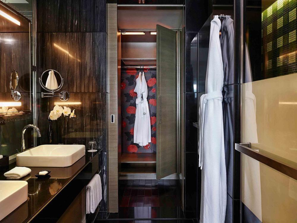 Phòng tắm có tông màu đen chủ đạo, tạo cảm giác huyền bí và riêng tư.