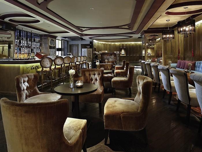Boudoir Lounge (ảnh) và Poolside Bar là nơi khách có thể nhâm nhi vài ly rượu, cocktail hoặc ăn nhẹ. Bạn có thể dễ dàng nhận ra không gian đậm chất châu Âu tại đây qua ghế ngồi và đèn chùm.
