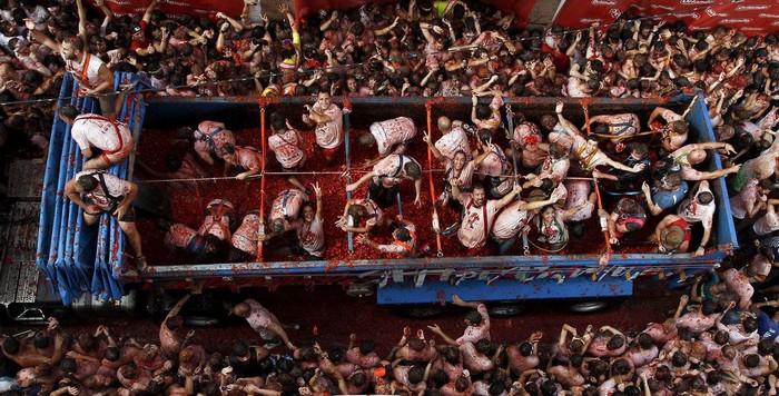 La Tomatina là cuộc chiến thực phẩm lớn nhất thế giới, xuất phát từ một truyền thống kỳ quặc ở vùng nông thôn Tây Ban Nha.