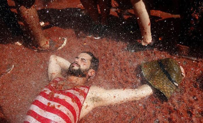 Các du khách đều cho rằng đây là trải nghiệm thú vị nhất họ từng có trong đời. Các con đường ở Bunol nhuộm đỏ màu cà chua và ngập trong những tiếng hò hét.