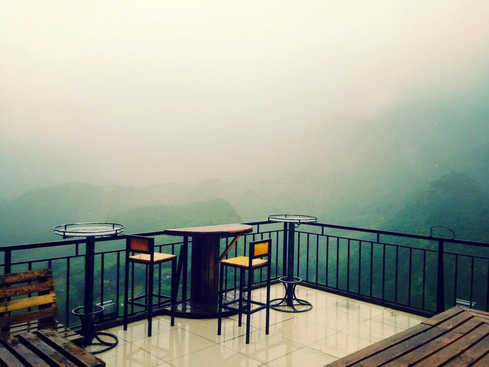 Ở nơi đây bạn có thể ngắm sương, mây bồng bềnh và cảm nhận bầu không khí mát lạnh đặc trưng ở Sa Pa