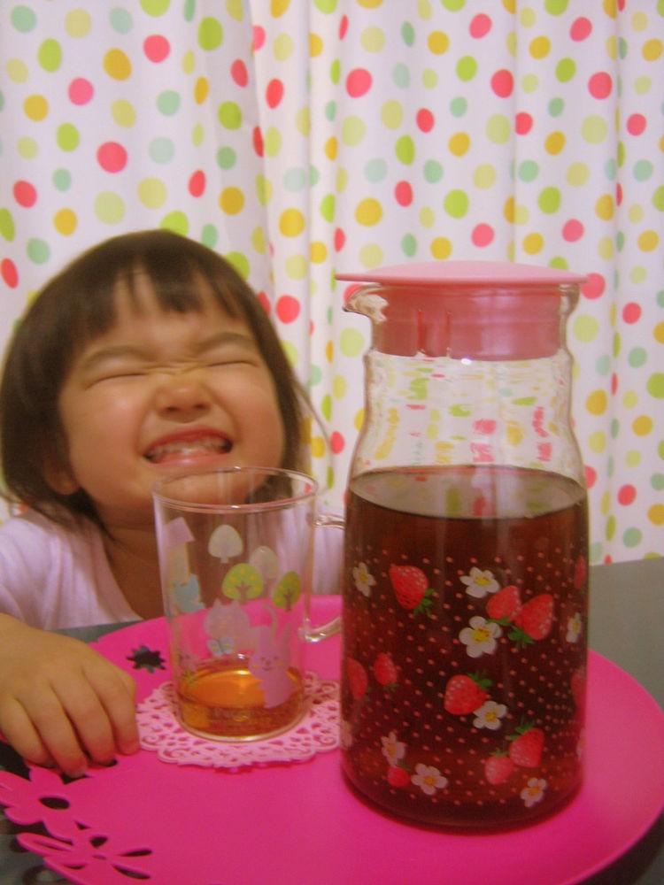 Cười tít mắt bên bình trà thơm ngon