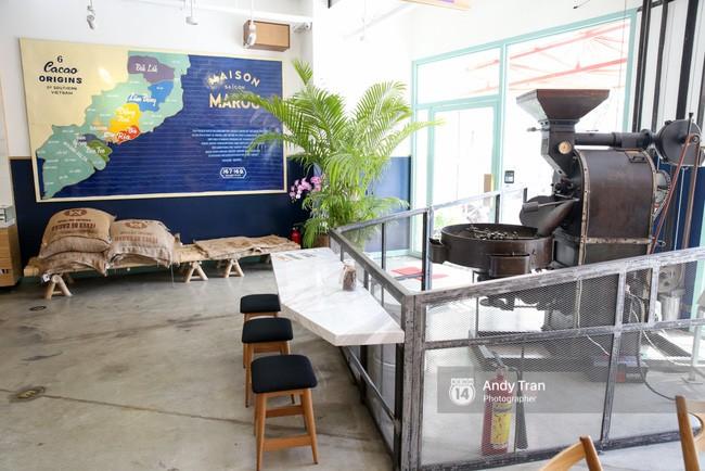 Bên trong quán đầu tiên chính là cỗ máy rang cacao - bước đầu tiên để cho ra đời món Chocolate tuyệt hảo.