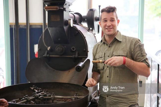 Jason Laurent - Giám đốc của Marou đang cực kỳ nhiệt tình khi giới thiệu về chiếc máy rang cacao cũng như về quán cà phê có 1-0-2 này.