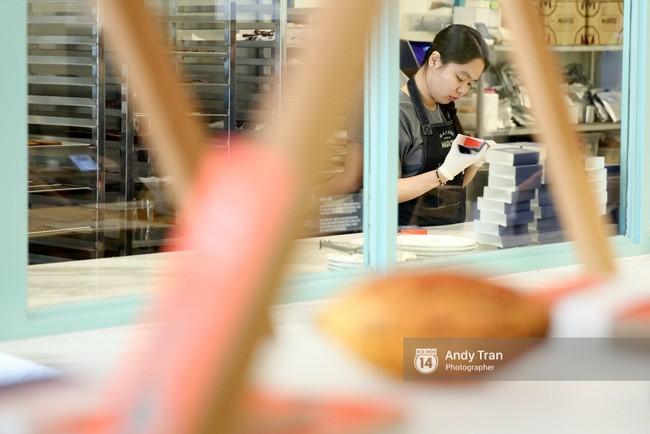 Các thợ làm bánh chuyên nghiệp đang cẩn thận gói từng viên Chocolate vào hộp.