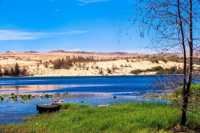 Hồ nước ngọt giữa những triền cát mênh mông