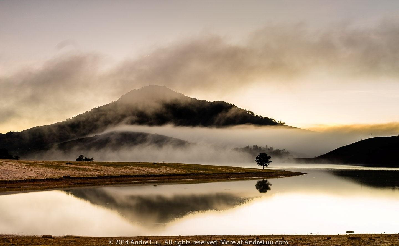 Hồ Suối Vàng mờ ảo trong sương khói