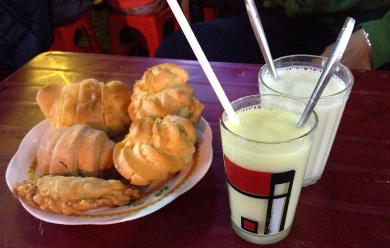 Ly sữa đậu xanh, đậu nành cùng các món bánh ăn kèm