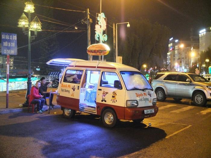 Một xe bánh mì xinh xinh ở chợ Âm Phủ
