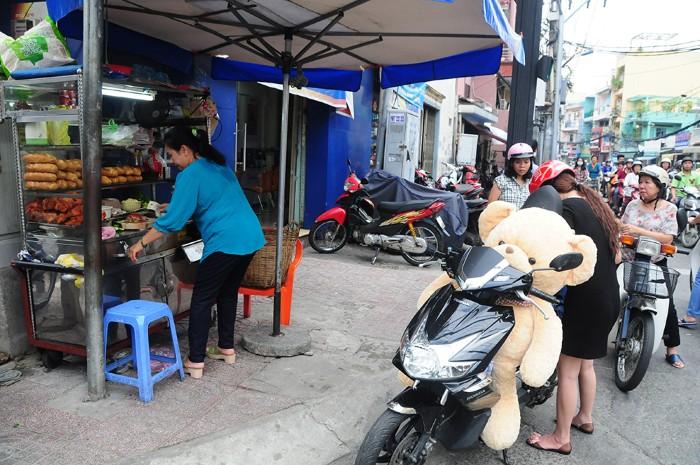 Xuất hiện từ những năm 1950 tại đầu đường Nguyễn Huỳnh Đức (tỉnh Gia Định), nay là Huỳnh Văn Bánh (Phú Nhuận) xe bánh mì phá lấu bà Hương đã trở thành điểm đến quen thuộc của người Sài Gòn.