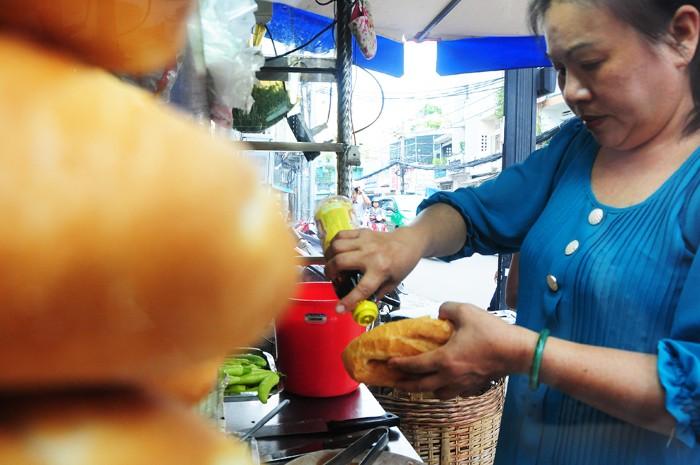 Theo bà chủ, xe bánh mì đến nay đã có 4 đời đứng bán. Bà Hương năm nay đã ngoài 80 là người đầu tiên lập quán, nay bà đã lên chức cố. Bà sau đó truyền lại cho các con gái và hiện tại, người con dâu trong gia đình đang kế nghiệp. Được thực khách ủng hộ, xe bánh mì là kế sinh nhai chính cho cả gia đình.