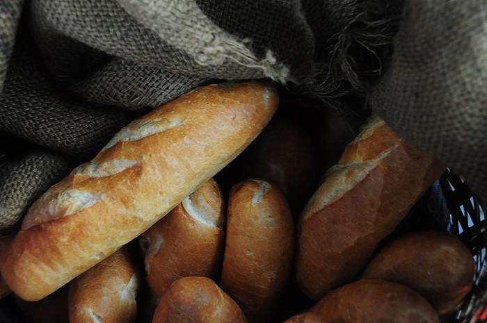 Đặc biệt bánh mì của quán không nướng bằng lò điện mà nướng bằng lò củi nên có mùi thơm đặc trưng. Ổ bánh mì giòn bên ngoài và đặc ruột, ít bị rơi vãi khi ăn.