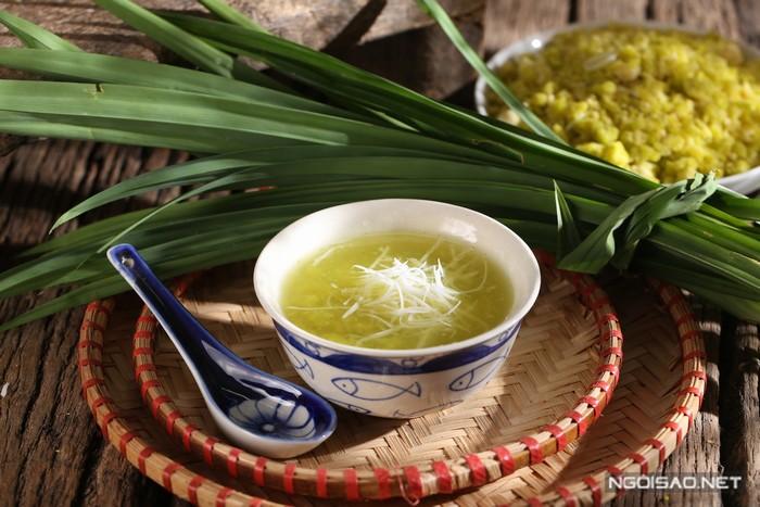 Hạt cốm dẻo thơm, vị ngọt thanh thanh, nhẹ nhàng như sữa non. Cốm truyền thống được gói trong lá sen nên thoang thoảng một mùi hương dễ chịu.