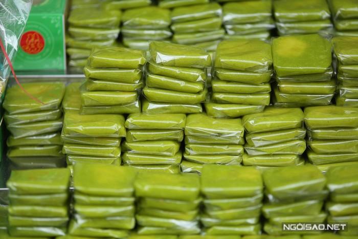 Cũng từ cốm, người Hà Nội còn có một thức quà khác rất tinh tế, thường xuất hiện trong những mâm lễ của các đám hỏi - đó là bánh cốm nhân đậu xanh. Chiếc bánh nhỏ trong lòng bàn tay, ngọt thơm, ăn vừa miệng, không quá ngấy hay quá ngọt.