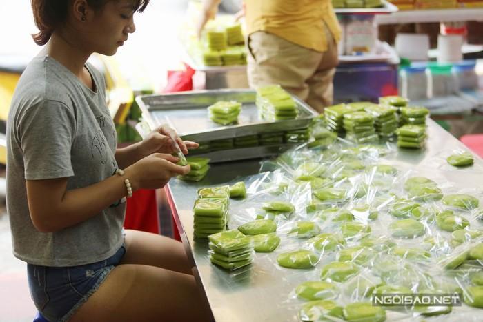 Du khách đến Hà Nội có thể tìm mua bánh cốm cổ truyền ở dãy phố Hàng Than, phía đầu dốc với nhiều cửa hàng lâu đời.