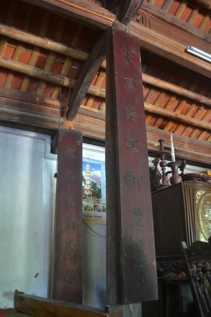 Các câu đối, hoành phi vẫn còn được giữ mãi - Ảnh: Nguyễn Dương