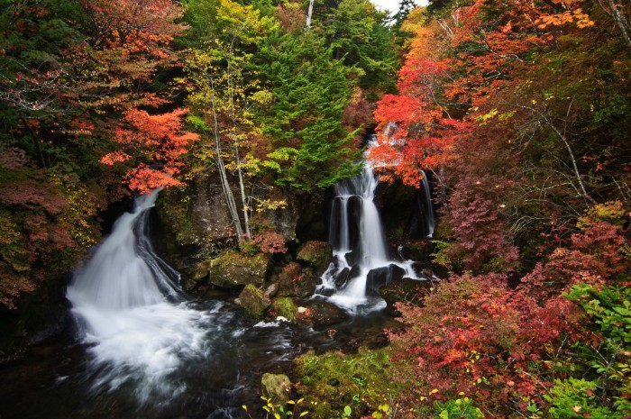 Gió thu man mác cùng chút hơi lạnh từ thác nước trắng xóa cũng đủ để thổi bay bao mệt nhọc.
